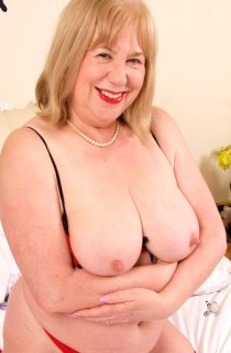 SpeedyBee - Bee is a kinky mature English housewife who freely admits to being a cum-slut. Dont miss her
